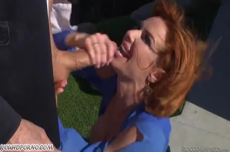 Рыжая Veronica Avluv широко раздвигает ноги для анала