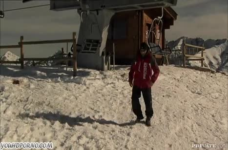 Альпинисты прямо в горах на снегу занялись сексом