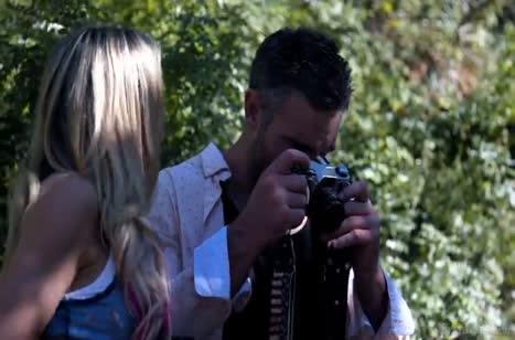 Фотограф соблазняет красивую модель Jessa Rhodes на секс
