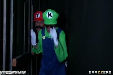 Братья Марио спасли принцессу и смачно трахнули ее в два ствола