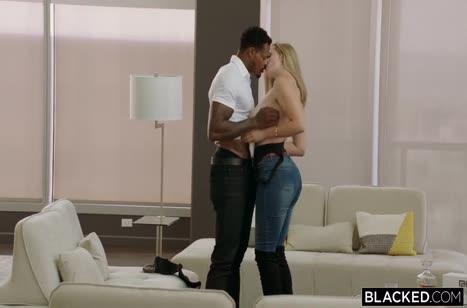 Mia Melano крепко села на большой пенис африканца