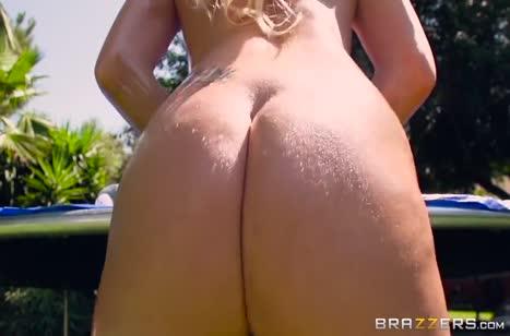 Блондинка с офигенными формами трахается на батуте