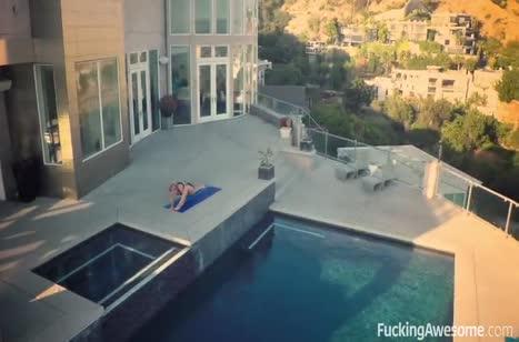 Красивая соска Nicole Aniston круто извивается в постели