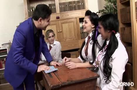 Пошлые студентки лесбиянки ласкаются на занятиях