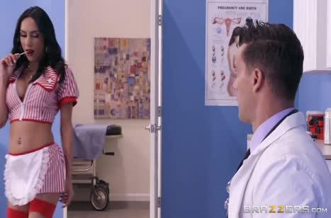 Tia Cyrus соблазняет доктора сексуальным видом