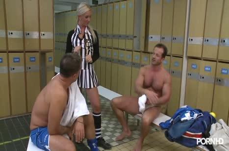 Футбольная судья устроила групповуху после игры в раздевалке