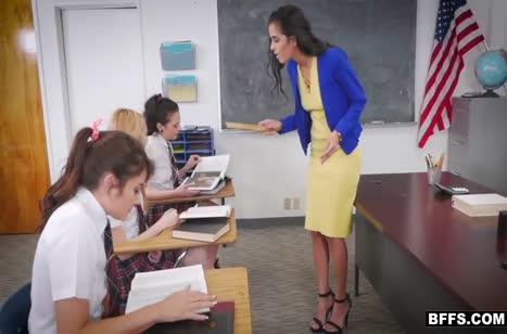 Молодые студентки оскверняют аудиторию пока нет препода