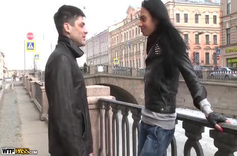 Молодая русская брюнетка повелась на болтовню пикапера
