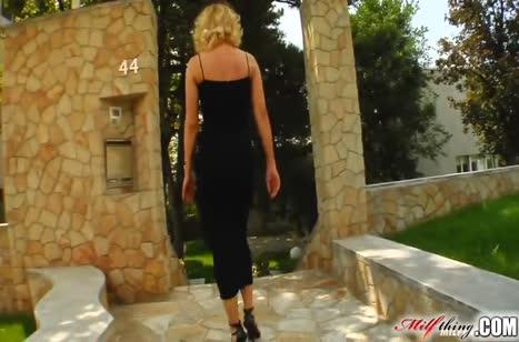 Доступная блондинка нимфоманка нацепляла себе троих любовников