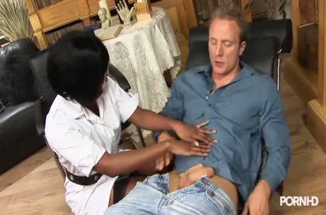 Темнокожая Жасмин Вебб опробовала белый стояк