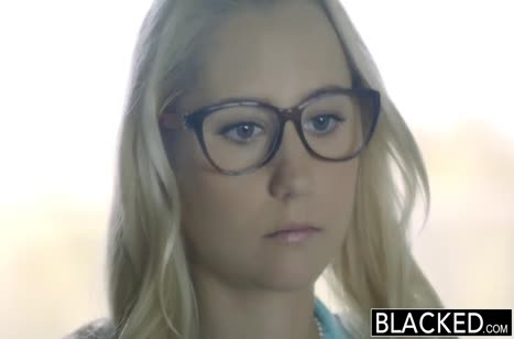 Симпотная блондинка мило обращается с черным членом