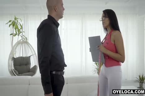 Пошлая брюнетка Katrina Moreno лезет к мужику в штаны