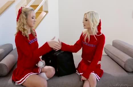 Молодые блондинки лесбиянки ловко управляются с секс игрушками