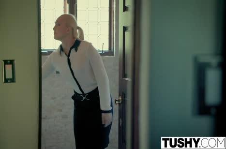 Миленькую блондинку босс наказывает анальным чпоком