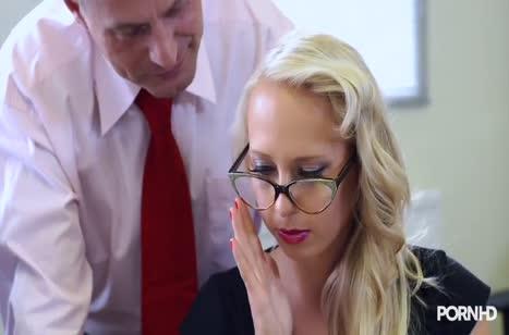 Телочка с большой жопой отдается на двойное проникновение в офисе