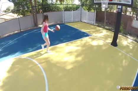 Симпатичная Данни Риверс проиграла писю в баскетбол