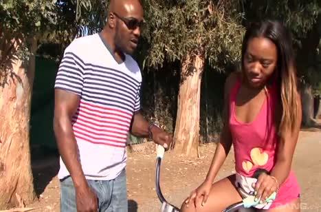 Темнокожая велосипедистка не против поездить на члене