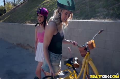 После велосипедной прогулки симпотные девушки устроили лесбо секс
