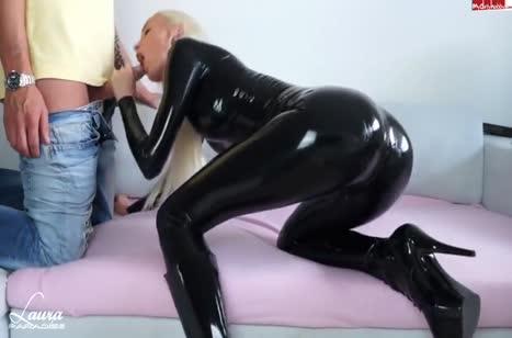 Подружка в черном латексе изнывает от члена в дырочке