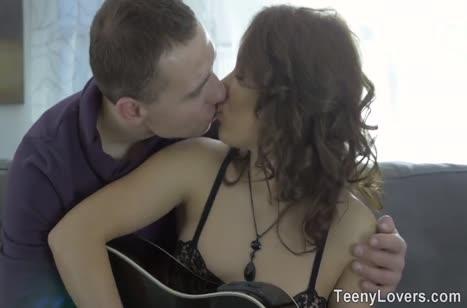 После урока игры на гитаре деваха отдается своему наставнику