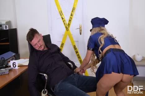 Сисястая полицейская устроила оргию на месте преступления